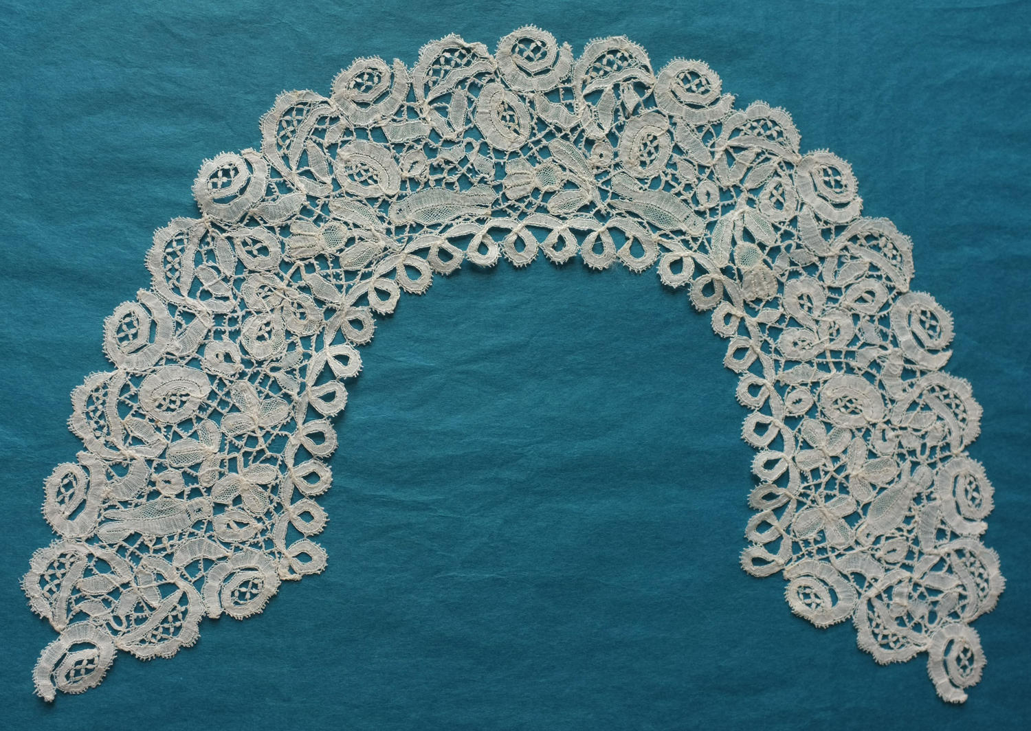 Antique Honiton Lace Collar with 4 Birds